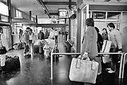 Nederland, Maastricht, 1-11-1985 Serie beelden gemaakt voor twaalf verhalen in het blad Intermediair eind 1985, begin 1986 over de staat van de nederlandse economie per provincie . De computer deed voorzichtig zijn intrede, er bestond geen mobiele telefoon, gsm, of internet . De analoge maatschappij . Transitie naar het computertijdperk en automatisering, robotisering . Aankomsthal van vliegveld maastricht aachen  in zuid limburg .Foto: Flip Franssen