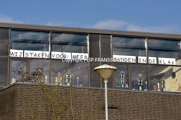 Nederland, Millingen, 12-12-2017De leerkrachten van de Martinusschool staken voor betere werkomstandigheden, loon en kleinere klassen. Ze gaan niet naar de stakingsbijeenkomst in Den Haag, maar gaan meehelpen in het zorgcentrum wat naast de school ligt.Foto: Flip Franssen