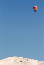 12.02.2015, Zell am See - Kaprun, AUT, BalloonAlps, im Bild ein Heissluftballon bei seiner Fahrt // BalloonAlps, The Alps Crossing Event balloonalps is Austria' s international Winter balloon week in front of the backdrop of the Hohe Tauern, Zell am See Kaprun on 2015/02/12, . EXPA Pictures © 2015, PhotoCredit: EXPA/ JFK