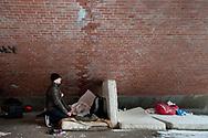 """Mit der Gruppe polnischer<br /> Obdachloser, die auf der anderen<br /> Seite der Brücke übernachtet, hätten sie<br /> wenig zu tun. """"Ab und an geben wir uns<br /> gegenseitig Essen ab"""", sagt Tsecke."""