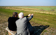 Nederland, Zeeland, 26 sept  2009.Verdronken land van Saeftinghe..Twee mannen (vader en zoon?) wijzen elkaar iets aan in het landschap van het Verdronken land van Saeftinghe. .Foto (c) Michiel Wijnbergh