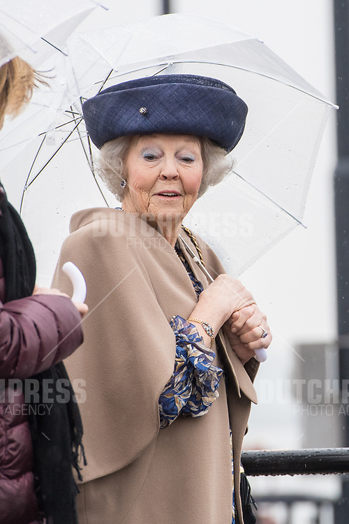 Prinses Beatrix tijdens de opening van de 3e kolk Prinses Beatrixsluis in Nieuwegein