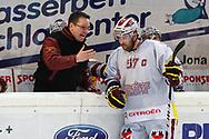 08.Maerz 2012; Rapperswil-Jona; Eishockey NLA - Rapperswil-Jona Lakers - Geneve-Servette HC; Trainer Chris McSorley (Genf) redet mit Goran Bezina (Genf)<br />  (Thomas Oswald)