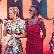 NLD/Amsterdam/20161025 - finale Holland Next Top model 2016, winnares Akke Marije Marinus, presentatrice Anouk Smulders - Voorveld, model Colette Kanza, model Emma Hagers