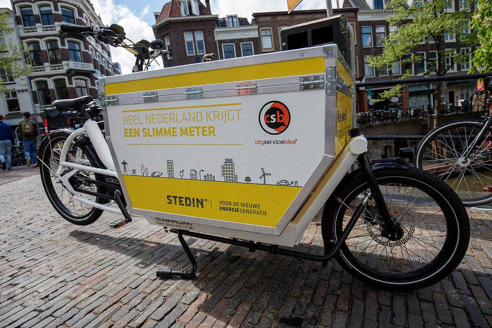 In Utrecht rijden monteurs van energiebedrijf Stedin met een bakfiets door de binnenstad in plaats van met de auto.<br /> <br /> In Utrecht mechanics of energy supplier Stedin ride with a cargo bike instead of a car in the city center.