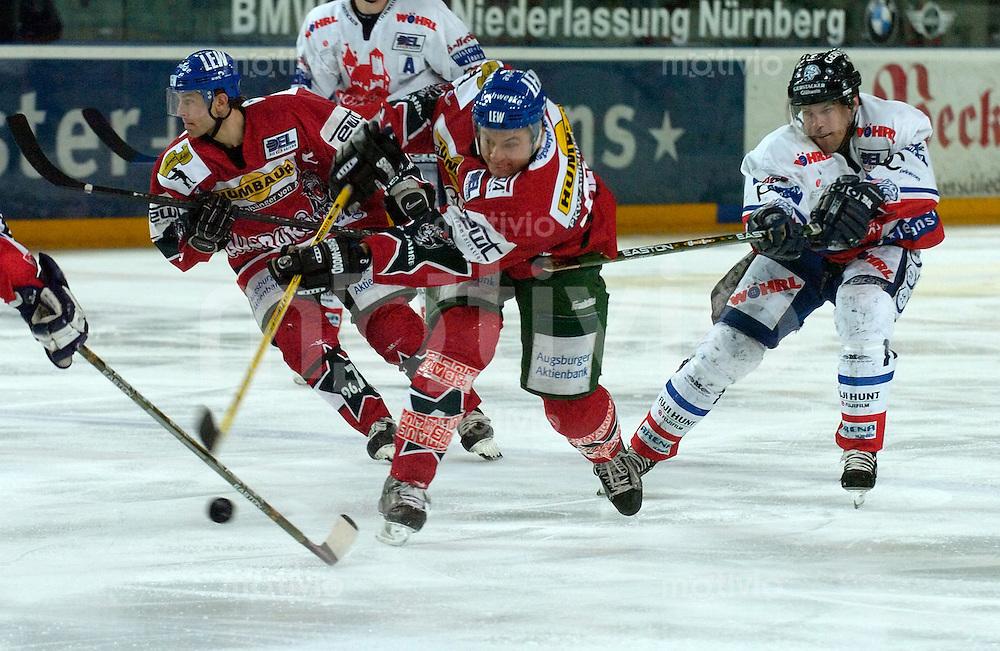 Eishockey, DEL, Deutsche Eishockey Liga 2003/2004 , 1.Bundesliga, Arena Nuernberg (Germany) Nuernberg Ice Tigers - Augsburger Panther (6:3) mitte vorne Manuel Kofer (Augsbur) am Puck, zieht ab, Schuss, rechts Cisar Marian (IceTigers), links hinten Duanne Moeser (Augsburg)