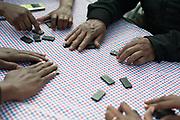 Vluchtelingen brengen de tijd door met spelletje Domino