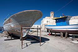 Paranza in manutenzione nella darsena del porto di Gallipoli (LE)