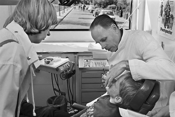 Nederland, Nijmegen, 15-9-1979In de wagen van de schooltandarts. Een kind ligt in de behandelstoel, zijn moeder kijkt toe.Foto: Flip Franssen/Hollandse Hoogte
