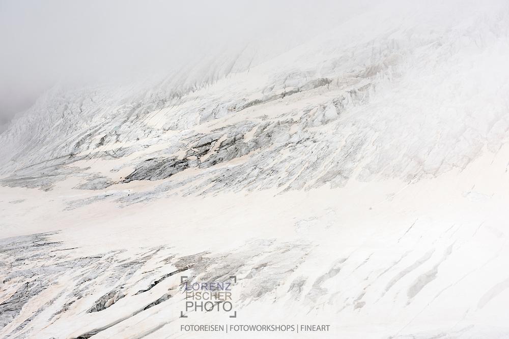 Cracks and crevasses in the lower part of the glacier Lysgletscher, Rifugio Gnifetti, Italy / Impressionen auf einer Tour vom Rifugio Gnifetti auf die Parrotspitze an einem Sommertag im August