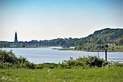 Nederland, the Netherlands, Wageningen, 14-5-2018De Grebbedijk tussen Wageningen en Rhenen ter hoogte van de Blauwe Kamer . . Deze loopt over in de natuurlijke waterkering van de Grebbeberg . In natuurgebied de Blauwe Kamer heeft het water van de Nederrijn vrij spel. Hierdoor is de natuur er voortdurend in beweging. Zicht op Rhenen met kerktoren .Foto: Flip Franssen