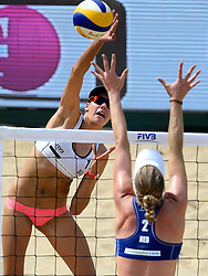 18-07-2014 NED: FIVB Grand Slam Beach Volleybal, Scheveningen<br /> Knock out fase - Madelein Meppelink en Taliqua Clancy AUS