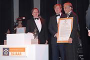 Uitreiking Koning Willem 1 Prijs in theater Diligentia in den Haag.<br /> <br /> Presentation of the King Willem 1 award for best inovating company in the Hague.<br /> <br /> Op de foto/ On the photo <br /> <br /> Winnaar  Bij de ondernemingen tot 250 werknemersSolland Solar Cells in Heerlen  met Willem Alexander en Naud Wellink