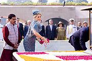 Zijne Majesteit Koning Willem-Alexander en Hare Majesteit Koningin Máxima brengen op uitnodiging van president Ram Nath Kovind een staatsbezoek aan de Republiek India.<br /> <br /> His Majesty King Willem-Alexander and Her Majesty Queen Máxima on a state visit to the Republic of India at the invitation of President Ram Nath Kovind.<br /> <br /> Op de foto / On the photo: Bezoek Gandhi monument en kranslegging / Visit Gandhi monument
