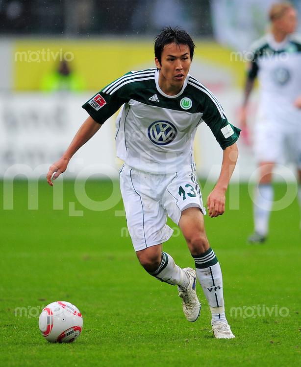 FUSSBALL   1. BUNDESLIGA   SAISON 2010/2011   5. SPIELTAG VfL Wolfsburg - SC Freiburg                                    26.09.2010 Makoto HASEBE (VfL Wolfsburg) Einzelaktion am Ball