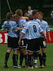 Jonas Rohrberg (Elite 3000) lykønskes af holdkammeraterne efter sin første scoring.