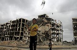 01.06.2015, Beit Lahia, PSE, Nahostkonflikt zwischen Israel und Palästina, im Bild Lokalaugenschein der zerstörten Häuser ein Jahr nach dem Israelisch-Palästinensischen 50 Tage Krieg im Sommer 2014 // Palestinian children play in front of the remains of houses, which were destroyed during the 50-day Israeli war in the summer of 2014, Palestine on 2015/06/01. EXPA Pictures © 2015, PhotoCredit: EXPA/ APAimages/ Nidal Alwaheidi<br /> <br /> *****ATTENTION - for AUT, GER, SUI, ITA, POL, CRO, SRB only*****
