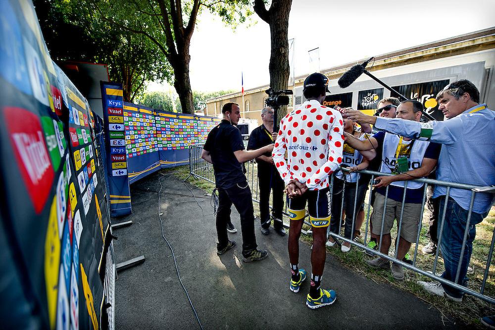 Frankrijk, Le Havre, 09-07-2015.<br /> Wielrennen, Tour de France.<br /> Etappe van Abbeville naar Le Havre<br /> Daniel Teklehaimanot uit Eritrea die voor de afrikaanse MTN-Qhubeka ploeg rijdt, staat de pers na afloop van de etappe in de bolletjes trui te woord.<br /> Foto: Klaas Jan van der Weij