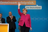 DEU, Deutschland, Germany, Stralsund, 21.09.2013:<br />Bundeskanzlerin Dr. Angela Merkel (CDU) winkt bei einer Wahlkampfveranstaltung der CDU in Stralsund den Parteianhängern zu.