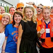 NLD/Amsterdam/20100605 - Amsterdamdiner 2010, Prinses Mabel tussen de Oranje supporters