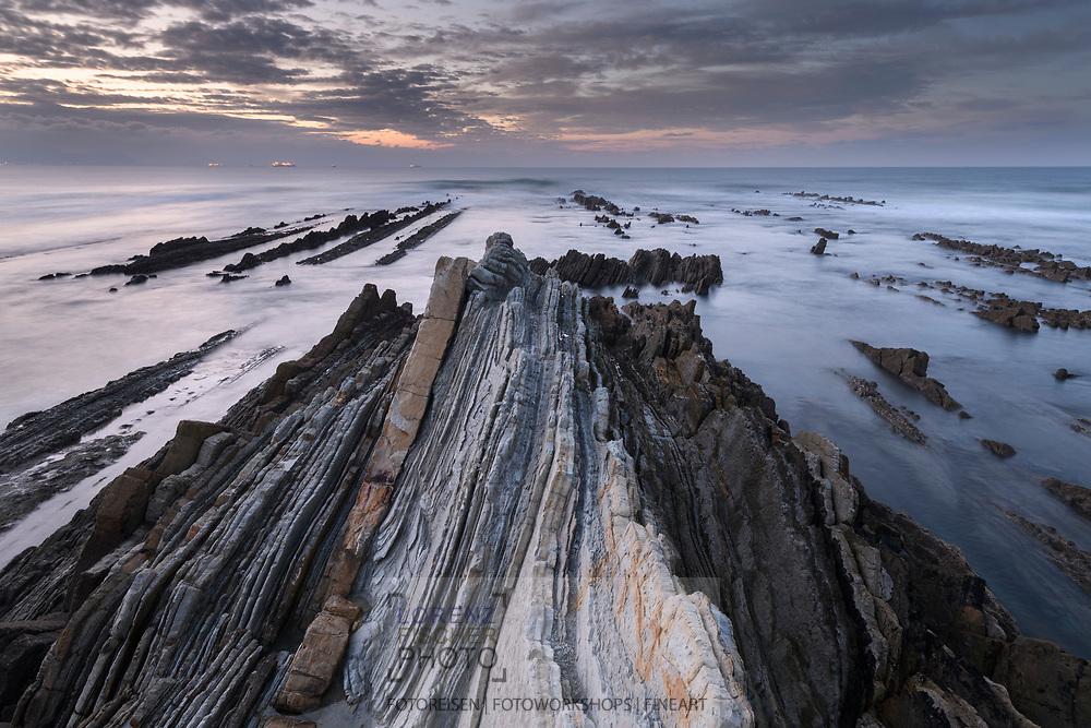 Sunset with layered rocks, oast in the Basque Country, Spain<br /> <br /> Sonnenuntergang mit geschichteten Felsen