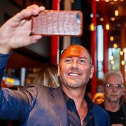 NLD/Amsterdam/20180925 - Presentatie nr.8 magazine XXXL, eugene van Dun fimt met zijn mobiele telefoon de onthulling
