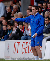 Photo: Daniel Hambury.<br />Brentford v Blackpool. Coca Cola League 1. 17/04/2006.<br />Blackpool's manager Simon Grayson gives out his orders.