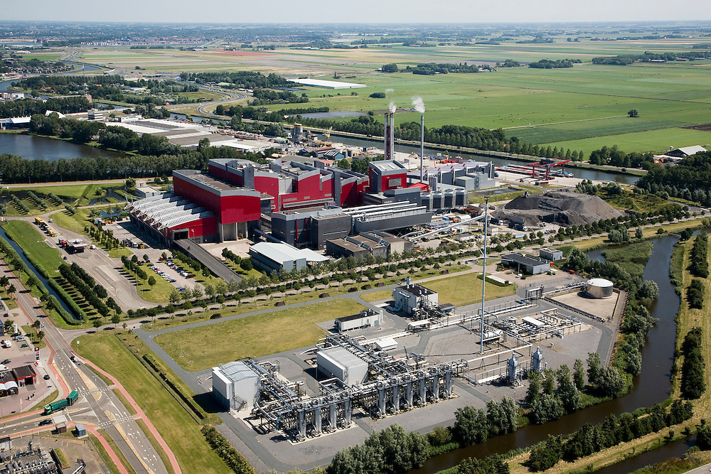 Nederland, Noord-Holland, Alkmaar, 14-07-2008; onder in beeld de Piek Gas Installatie van de Nederlandse Gasunie, middenplan de Huisvuilcentrale Noord-Holland - HVC; verzorgt vuilverbranding (huishoudelijk en bedrijfsafval); ook een op hout gestookte bio-energiecentrale voor opwekking groene stroom; vuilnis.  luchtfoto (toeslag); aerial photo (additional fee required); .foto Siebe Swart / photo Siebe Swart