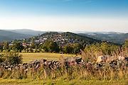 Blick über Natursteinmauer und Felder auf Finsterau, Bayerischer Wald, Bayern, Deutschland | view across wall and fields on Finsterau, Bavarian Forest, Bavaria, Germany