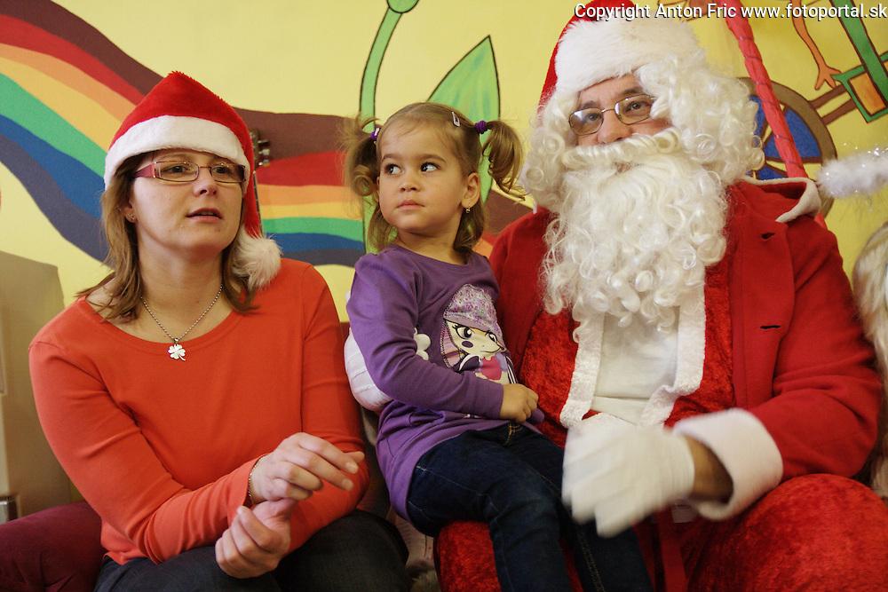 Mikulas v materskom centre Bambino v Poprade na Sidlisku Stary Juh.. Fotografie deti a mamiciek vznikli pocas pondelnajsej navstevy Mikulasa 6. decembra 2010.