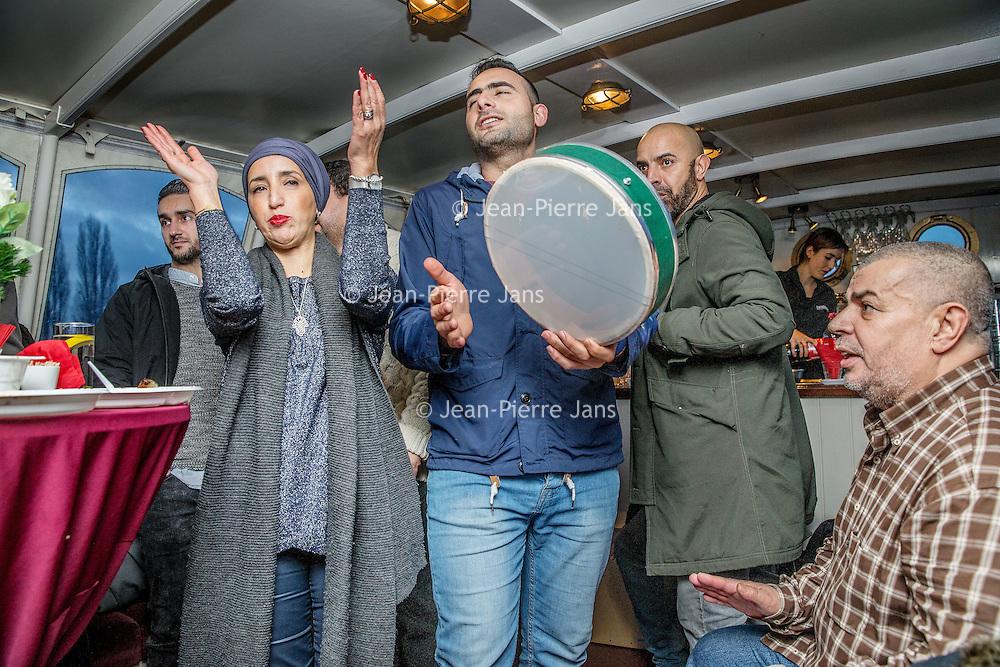 Nederland, Amsterdam, 26 december 2016.<br />Vriendengroep Salaam Shalom maakt op tweede kerstdag een bootocht door de grachten van Amsterdam.<br />Deze vriendenkring heeft een duidelijk doel: mensen met verschillende achtergronden bij elkaar brengen om vriendschappen te creëren. Salaam Shalom doet dit met eigen middelen en heeft mooie idealen zoals broederschap, vrede, respect, plezier, liefde en vriendschap. In zeer korte tijd sloten zich honderden islamitische en joodse Amsterdammers zich aan bij de vriendengroep.<br />Op de foto: links stadsdeelvoorzitter Fatima Elatik.<br /><br /><br /><br />Foto: Jean-Pierre Jans