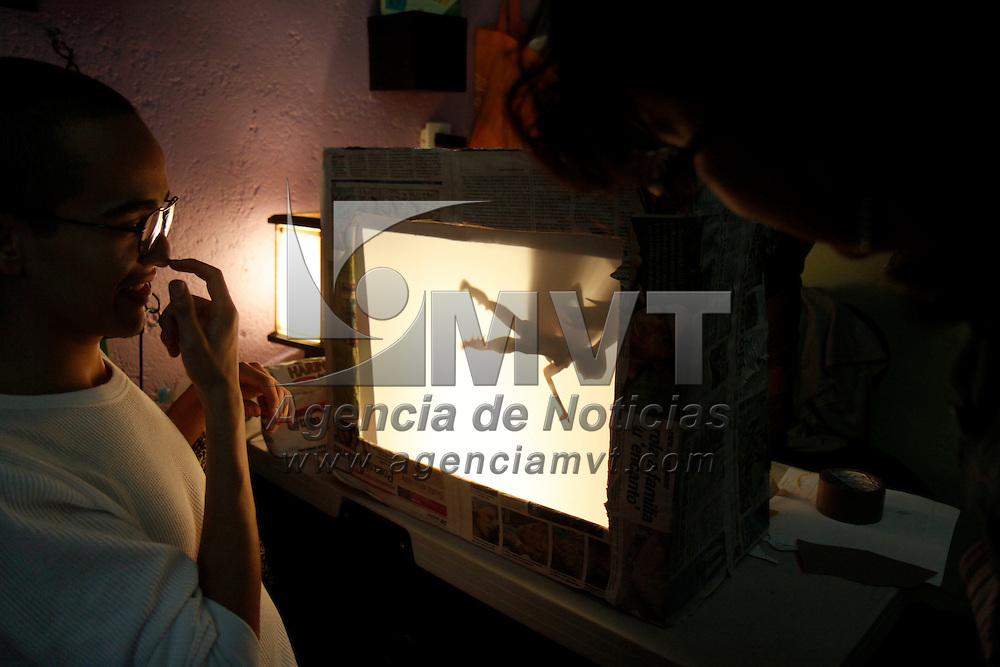 METEPEC, Mex.-  El titiritero, escritor y crítico teatral  Guillermo Murray imparte por primera vez este municipio el taller de Teatro de sombras, en cuatro sesiones se dieron los principios básicos  y jóvenes de diferentes edades  dieron vida a personajes fantásticos convirtiéndolos en sombras. Agencia MVT / Crisanta Espinosa. (DIGITAL)<br /> <br /> NO ARCHIVAR - NO ARCHIVE
