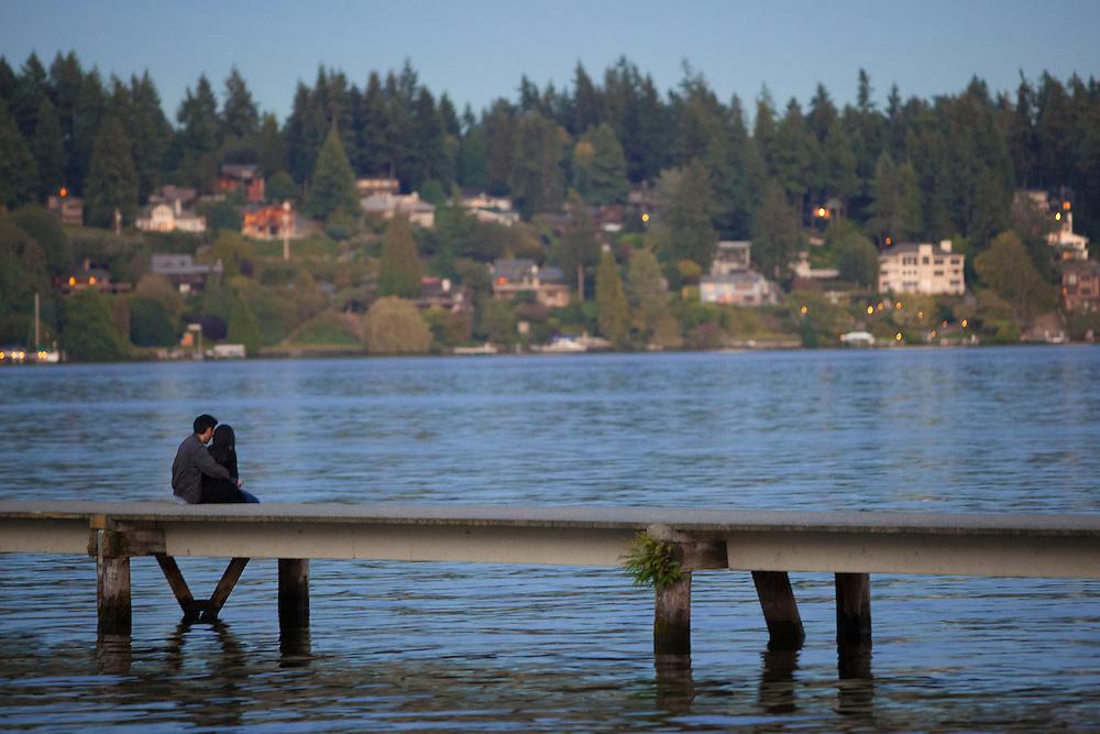 North America, United States, Washington, Mercer Island, couple on dock over Lake Washington