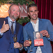 NLD/Rijswijk/20191119 - Boekpresentatie Raymond van Barneveld - Game Over, Raymond van Barneveld overhandigd het eerste exemplaar aan Robin van Persie