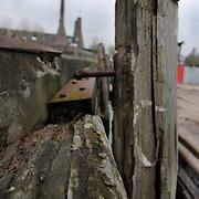 NLD/Huizen/20051130 - Kade en kadewand waar de botterwerf komt is in zeer slechte staat
