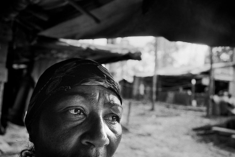 Brazil, Amazonas, Eldorado do Juma.<br /> <br /> Grota velha, curutela (camp de base).<br /> Eldorado do Juma est maintenant un bidonville de plastique noir et de misere croissante sur la rive du fleuve, qui attire les prospecteurs. Des centaines d'hommes y creusent la boue sur leurs petites parcelles delimitees par des branchages et des ficelles. A la fin du jour, les plus chanceux auront trouve quelques poussieres d'or, vendues ensuite 40 reals le gramme (14,5 euros) a Apui, 65km au nord. Les plus riches du coin sont ceux et celles qui cuisinent, nettoient ou divertissent les mineurs.