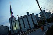 Kirche vor einer Wohnsiedlung aus Plattenbauten in der Naehe von Anseong - ung. 80 Km von Seoul gelegen.<br /> <br /> Church infront of a panel houses - located in Anseong about 80 Km from Seoul.