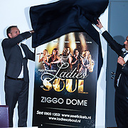 NLD/Amsterdam/20130916 - Bekendmaking van het concert Ladies of Soul, Tjeerd Oosterhuis onthult promobord