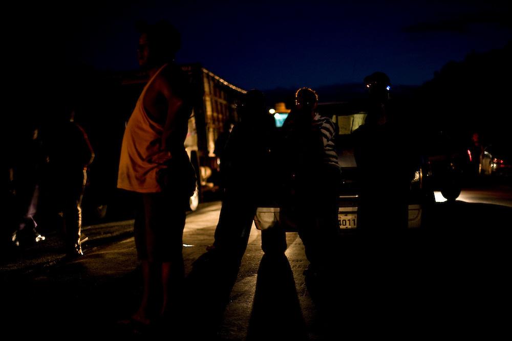 Itapecuru-Mirim_MA, Brasil...Moradores da comunidade de Santa Rosa, abrem uma vala na BR 135 KM 89, unico acesso a capital Sao Luis, em protesto contra o atropelamento de uma estudante...The community residents of Santa Rosa, opened a hole on the BR 135 KM 89, it is unique access to capital Sao Luis, the protest is against the trampling of a girl student...Foto: LEO DRUMOND /  NITRO