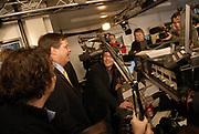 Premier Jan Peter Balkenende doet de deur dicht van het glazen huis op de Neude in Utrecht. Daarmee sluit hij de dj's Giel Beelen, Gerard Ekdom en Sander Lantinga voor zes dagen op. <br /> <br /> In het kader van de actie Serious Request van radiostation 3FM eten zij tot kerstavond niet, en maken de dj's 24 uur per dag live radio. Hiermee willen zij zo veel mogelijk geld inzamelen voor de slachtoffers van landmijnen. Luisteraars kunnen tegen betaling verzoeknummers aanvragen. <br /> <br /> Op de foto:<br />  Jan Peter Balkenende met dj's Giel Beelen, Gerard Ekdom en Sander Lantinga