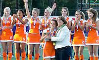 DEN BOSCH -   EHF-voorzitter Marijke Fleuren met  Oranje aanvoerder  Renske Siersema. Vreugde bij Oranje na de  finale wedstrijd tussen de vrouwen van Jong Oranje  en Jong Spanje (9-1), tijdens het Europees Kampioenschap Hockey -21.   KOEN SUYK