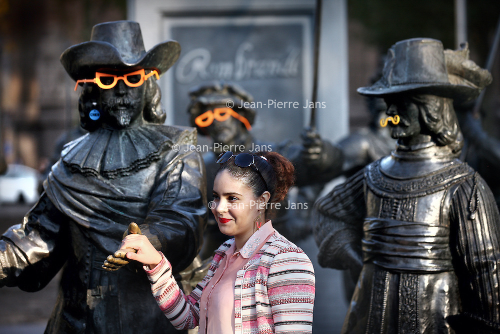 Nederland, Amsterdam , 27 oktober 2014.<br /> De beelden op het Rembrandtplein zijn deels versierd met 3D geproduceerde brilletjes en snorren.<br /> Achter deze actie zit CRE8.<br /> CRE8 is een winkel en werkplaats waar alles draait om digitaal fabriceren, zoals 3D-printen en lasersnijden. In samenwerking met Stichting Streetcornerwork worden hier jongeren met afstand tot de arbeidsmarkt opgeleid en klaargestoomd voor maatschappelijke zelfstandigheid.<br /> <br /> Foto:Jean-Pierre Jans