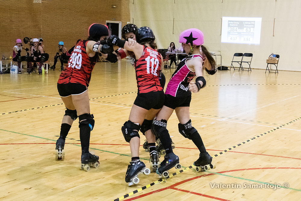 Madrid, Spain. 1st December, 2018. Players of Roller Derby Madrid B pushing of out the track the Lisboa Troopers Roller Derby jammer, #707 Handsome Shark. © Valentin Sama-Rojo