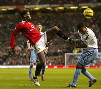 Fotball<br /> England 2004/2005<br /> Foto: SBI/Digitalsport<br /> NORWAY ONLY<br /> 22.01.2005<br /> <br /> Manchester United v Aston Villa<br /> FA Barclays Premiership.<br /> <br /> United's Louis Saha catches Villa's Ulises De La Cruz with his boot