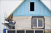 Nederland, Nijmegen, 1-5-2012Bouwvakkers zijn bezig met het bouwen van huizen in de nieuwe wijk Laauwik, onderdeel van de stadsuitbreiding de Waalsprong van Nijmegen in Lent. Hier wordt een koophuis onder architectuur op een vrije kavel gebouwd. Door de slechte economische situatie worden veel van de nieuwbouwplannen gewijzigd of uitgesteld.Foto: Flip Franssen/Hollandse Hoogte