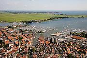 Nederland, Noord-Holland, Monnickendam, 14-07-2008; historisch stadje aan de Gouwzee (onderdeel IJsselmeer); boven de jachthavens op het middenplan Katwoude (aan het water)  en aan de horizon Volendam; verschillende historische monumenten, onder andere de Speeltoren (onder, links van het midden); Monnikendam, Mon*i*dam. .luchtfoto (toeslag); aerial photo (additional fee required); .foto Siebe Swart / photo Siebe Swart