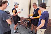 Jan Bos en Alwin Visker maken zich klaar door de training. HPT Delft en Amsterdam is in Senftenberg voor de recordpogingen op de Dekra baan.<br /> <br /> Jan Bos and Alwin Visker are preparing for the training. The Human Power Team Delft and Amsterdam has arrived in Senftenberg (Germany) to break the world record on the one hour time trial at the Dekra test track.