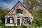 Nederland, Appeltern, 15-4-2019Een vervallen woning langs de dijk .Foto: Flip Franssen