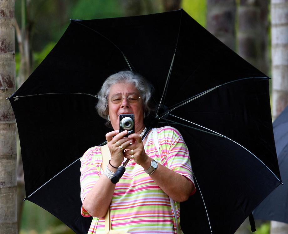 Brumadinho_MG, Brasil...Mulher tirando fotos no Centro de Arte Contemporanea Inhotim (CACI)...The woman taking photos in the Contemporary Art Center Inhotim (CACI)...Foto: BRUNO MAGALHAES / NITRO..