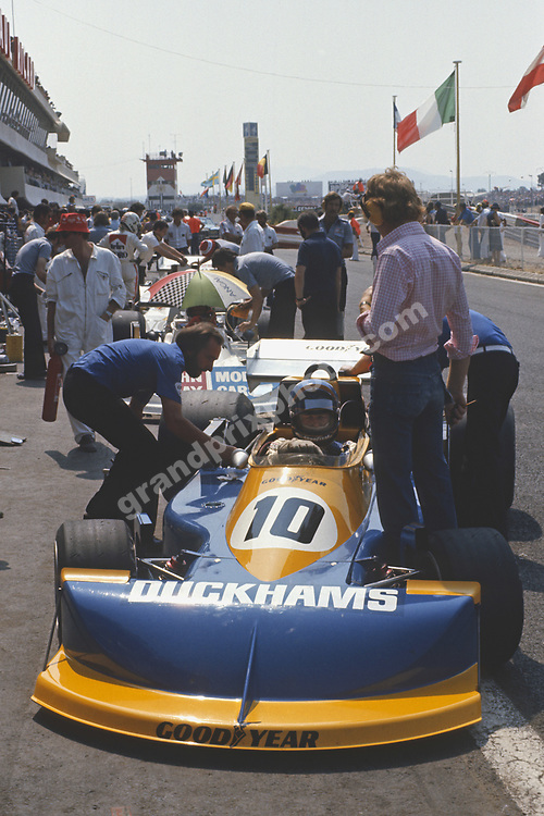 Ronnie Peterson (March-Ford) in the pits with team principal Max Mosley during practice for the 1976 French Grand Prix at Paul Ricard. Photo: Grand Prix Photo